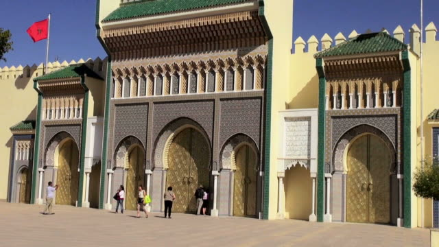 pullback of the doors to the morocco royal palace of fes, dar al-makhzen - モロッコ文化点の映像素材/bロール