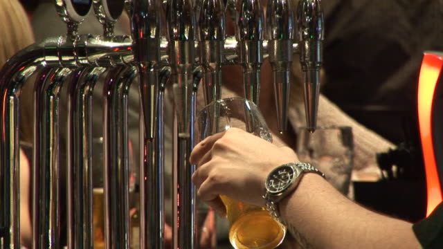 Pulling a pint of Beer - HD