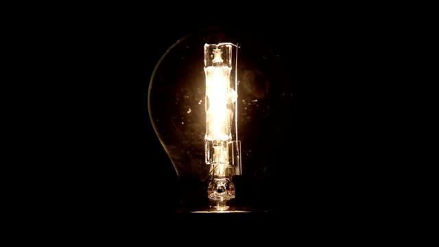 pulsierend halogenic glühbirne - electric lamp stock-videos und b-roll-filmmaterial
