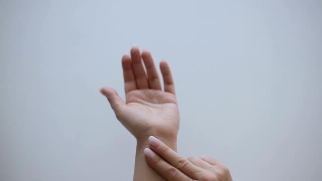 vidéos et rushes de doigts d'impulsion, mains humaines se ferment vers le haut - mesurer