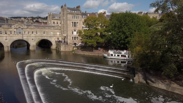 pulteney bridge and weir in bath somerset england - pulteney bridge stock videos & royalty-free footage
