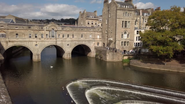 vídeos y material grabado en eventos de stock de pulteney bridge and weir in bath somerset england - reino unido