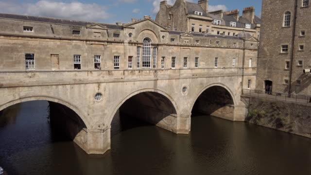 pulteney bridge in bath somerset england - pulteney bridge stock videos & royalty-free footage