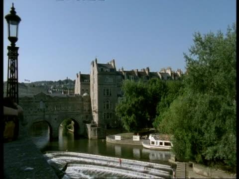 pulteney bridge & weir, bath, avon - old stone bridge over river avon - pulteney bridge stock videos & royalty-free footage
