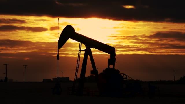 vidéos et rushes de pump jack. oil well, close-up - kérosène