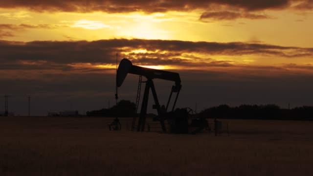vidéos et rushes de pump jack. oil well - kérosène