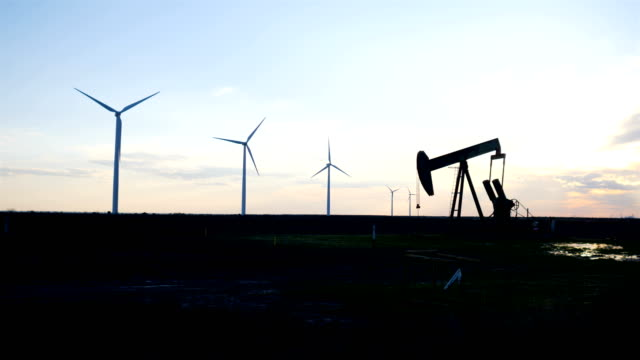 stockvideo's en b-roll-footage met pomp jacks en windturbines van west texas - texas
