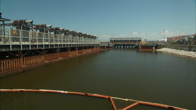 vídeos y material grabado en eventos de stock de a pumping station is located at a canal entrance. - estación de bombeo