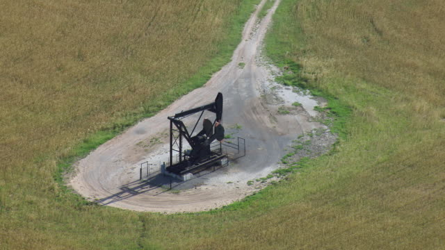 vidéos et rushes de pumpjack at oil well in oklahoma - tour de forage