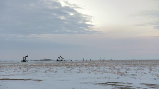 pumpjack vid solnedgången - oljepump bildbanksvideor och videomaterial från bakom kulisserna