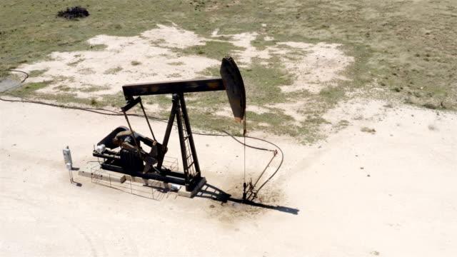 vidéos et rushes de pumpjacks de l'ouest du texas - texas