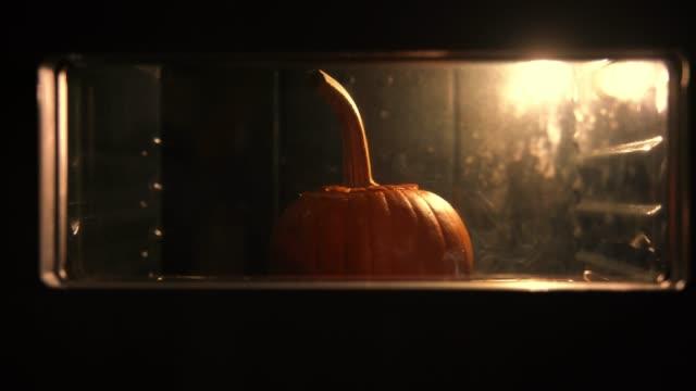 pumpkin baking in the oven - zucca legenaria video stock e b–roll