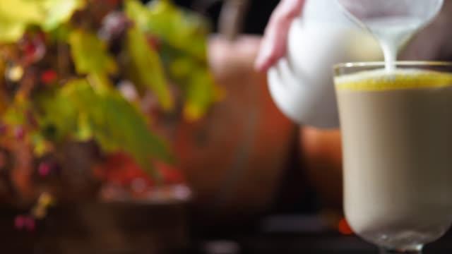 stockvideo's en b-roll-footage met pompoen latte - koffie drank