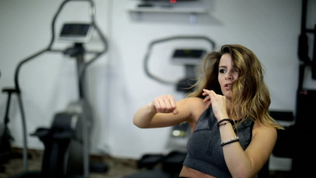 punch training auf bank - faustschlag stock-videos und b-roll-filmmaterial