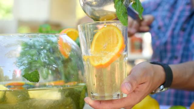 vídeos de stock e filmes b-roll de punch com citrinos - concha utensílio de servir
