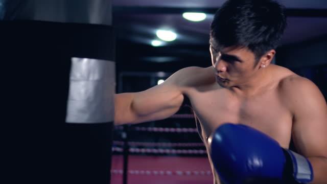 vidéos et rushes de sac de boxe entraînement, ralenti vidéo. - fist