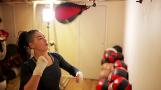 パンチのスピード バッグ - 女子ボクシング点の映像素材/bロール