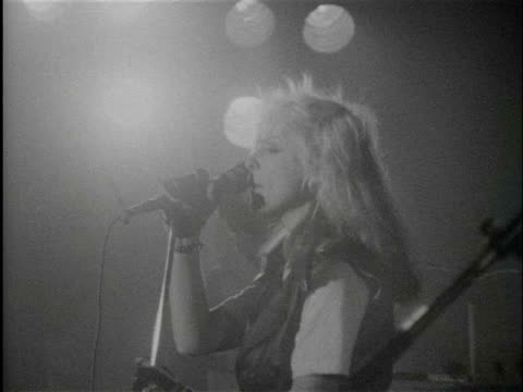 vidéos et rushes de punk band blondie performing on stage / netherlands - punk