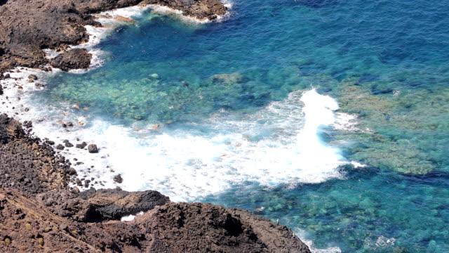 vídeos y material grabado en eventos de stock de punta morro del diablo playa, tenerife - soleado
