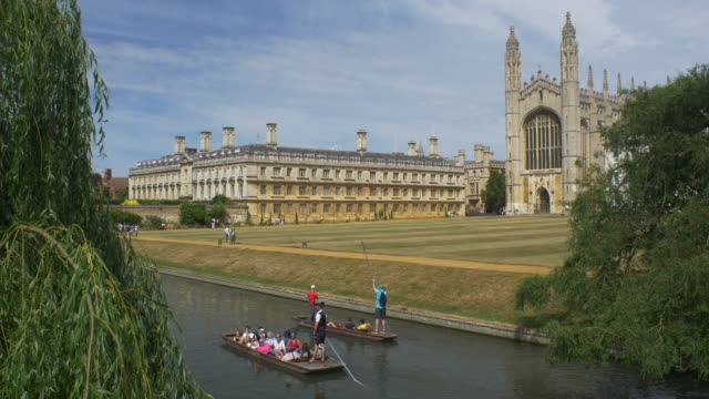 vídeos de stock, filmes e b-roll de punters on the cam river and kings college cambridge - king's college cambridge