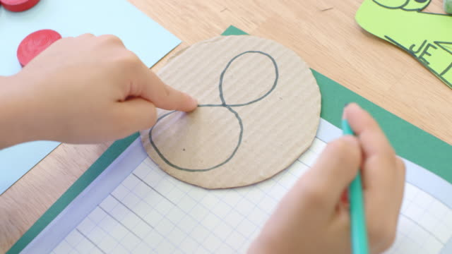 vídeos de stock e filmes b-roll de pupil learning to write a number eight - número 8