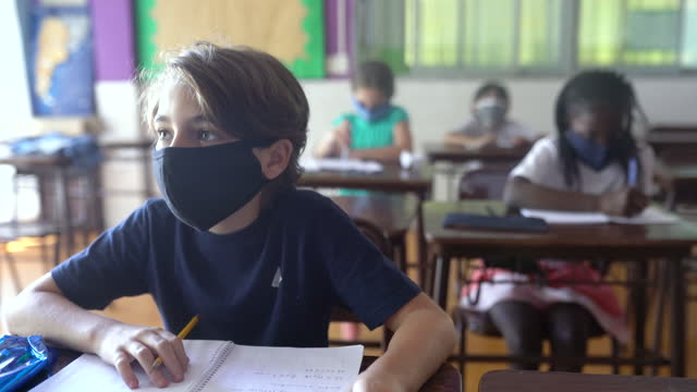 教室での授業中に注意を払う生徒。コーヴィッド-19 コンセプト - 消しゴム点の映像素材/bロール