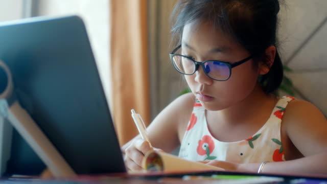 stockvideo's en b-roll-footage met leerlingen tekenen met digitale tafel-pc - tablet pc