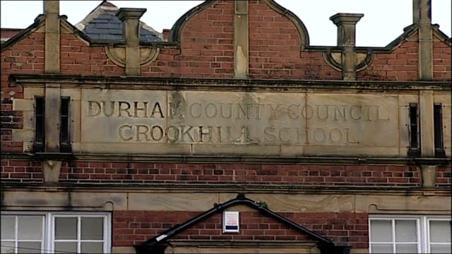 stockvideo's en b-roll-footage met 25 pupils poisoned in suspected carbon monoxide leak at primary school in gateshead england tyne and wear gateshead ext general view of crookhill... - tyne and wear