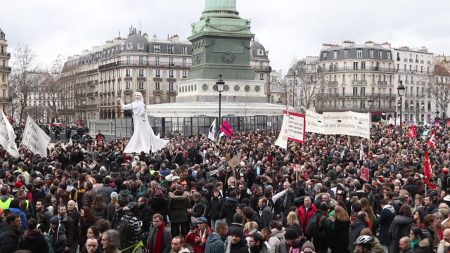 a puppet is held up as thousands take to the streets of paris to support the national strike with new unions joining the strike on a crucial day... - バスティーユ点の映像素材/bロール