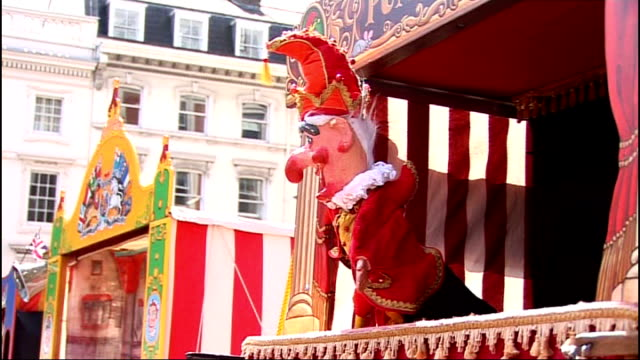 vidéos et rushes de mr punch celbrates 350th birthday; mr punch singing 'happy birthday to me' during performance sot glyn edwards interview sot cutaway plaque marking... - marionnette