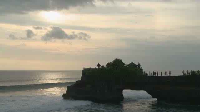 vídeos de stock e filmes b-roll de pura luhur tanah lot in bali, indonesia - pura tanah lot