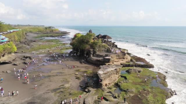vídeos de stock e filmes b-roll de aerial ws pura tanah lot, tabanan, bali, indonesia - pura tanah lot