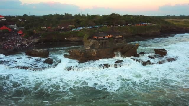 vidéos et rushes de tanah lot temple, bali, indonésie, tanah lot 4k résolution - pierre matériau de construction