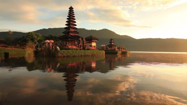 pura ulun danu bratan, bali, indonesia - tempel stock-videos und b-roll-filmmaterial