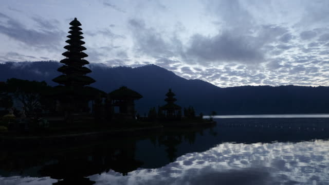 pura ulun danu bratan temple in bali morning sunrise 4k time-lapse - pura ulu danau temple stock videos & royalty-free footage