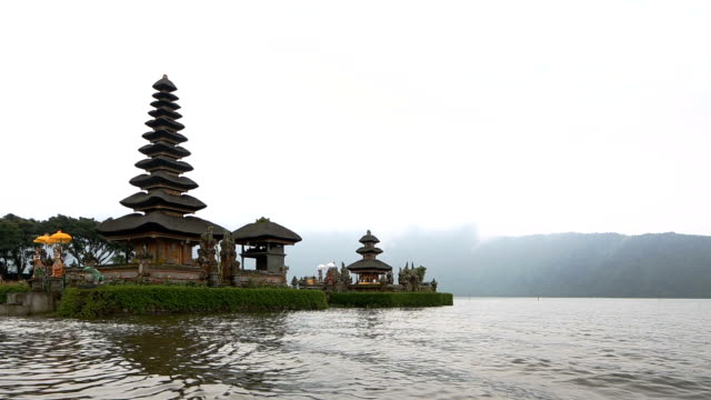 pura ulun danu temple on a quiet foggy morning - pura ulu danau temple stock videos & royalty-free footage