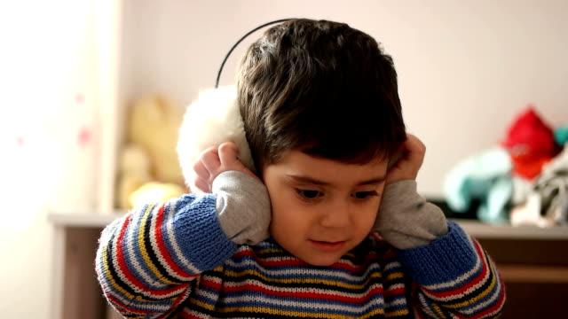stockvideo's en b-roll-footage met puur gelukzaligheid - in ear koptelefoon