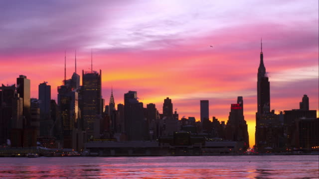 purple and pink sky over manhattan - 逆光点の映像素材/bロール