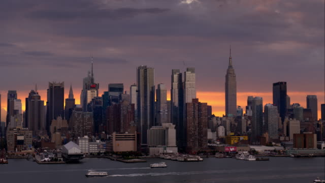 purple and pink sky over the midtown manhattan skyline - establishing shot点の映像素材/bロール