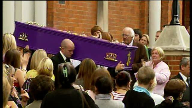 vidéos et rushes de purple coffin of ben kinsella carried to hearse - cercueil
