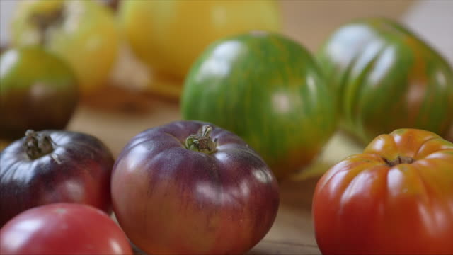 vidéos et rushes de purple green and red tomatoes - variété