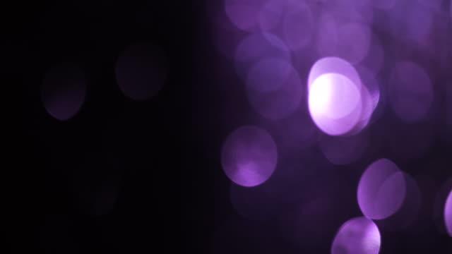 vídeos y material grabado en eventos de stock de púrpura bokeh fondo en movimiento - fugas de luz y destellos de lente - contraste alto