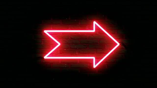 vídeos de stock, filmes e b-roll de luz neon roxa, forma de seta, luz neon na parede preta, animação 4k. - sinal de seta