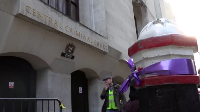 vídeos de stock e filmes b-roll de purple ribbons have been tied to lamposts outside the old bailey in memory of jodie chesney, the teenager who was stabbed to death in london. jodie's... - crime or recreational drug or prison or legal trial