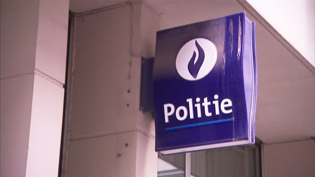 stockvideo's en b-roll-footage met a purple sign in dutch reads, police. - politiedienst