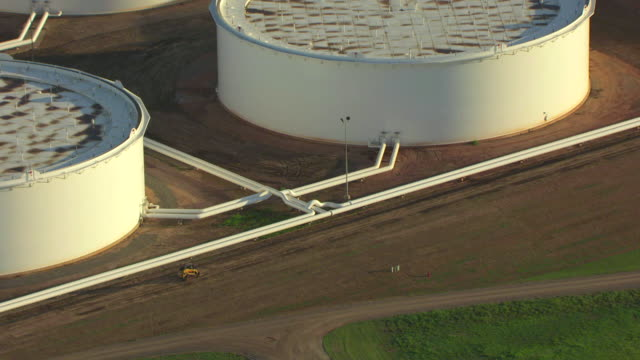 ws aerial push in on pipes connecting tanks / cushing, oklahoma, united states - cushing oklahoma stock videos & royalty-free footage