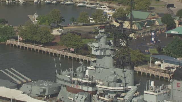push in shot of the main mast of the uss new jersey battleship - デラウェア川点の映像素材/bロール