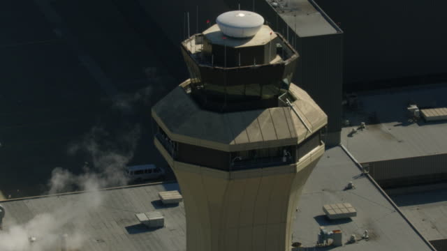 push out shot of a control tower in the dallas fort worth international airport - 電波探知機点の映像素材/bロール