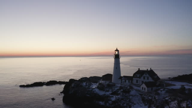vidéos et rushes de push out shot of the portland head light at sunset - phare