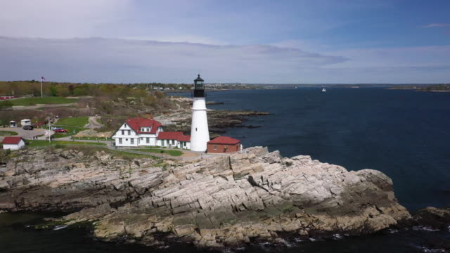 vidéos et rushes de push out shot of the portland head light in casco bay - maine
